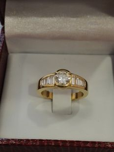 Ring, yellow gold and centre diamond, 0.80 ct, colour F-G, VVS1 + baguette diamonds, ct 0.40 - size 53
