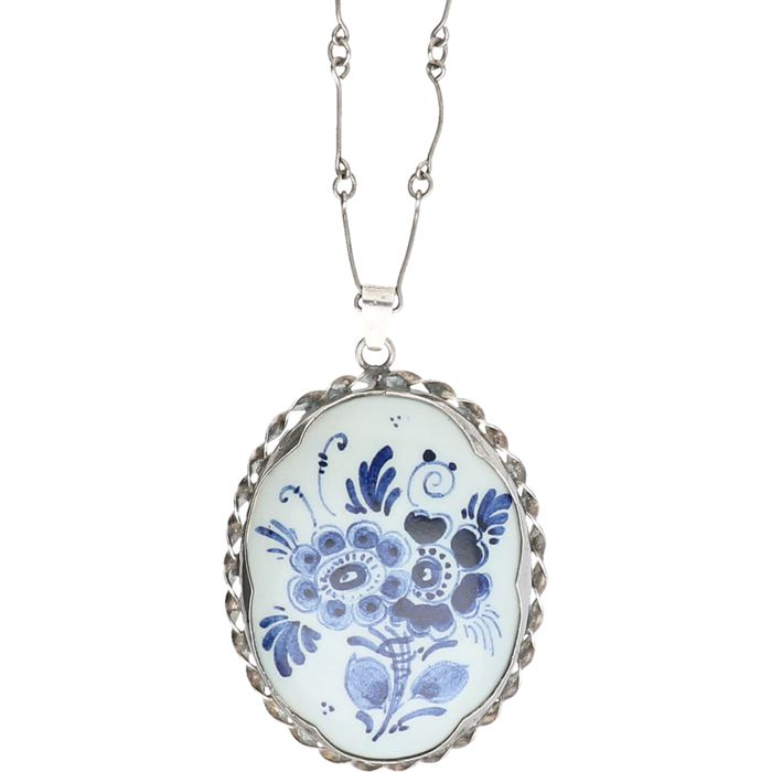 835/1000 Silver fantasy necklace with a Delft blue pendant. - length x width: 61 x 0.1 cm