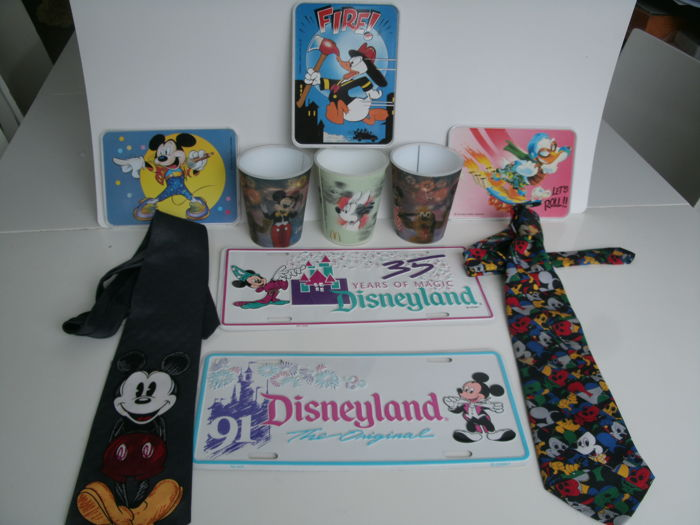 Disney, Walt - 2 USA Licence plates + 2 ties + 3 cups