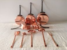 Beautiful set of 5 hammered copper pans and 5 kitchen attributes in red copper.