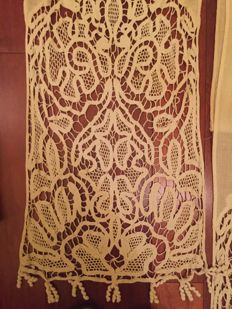 Lot consisting of two curtains in Venice lace from the 1910 and one tablecloth from the 20s