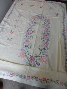 Beautiful and old large rectangular tablecloth in pure pale yellow thick cotton - 2.40 m x 1.50 m - Floral pattern - Artisanal embroidery with flowers fully handmade with cross-stitch - 10 serviettes - 1950 - France