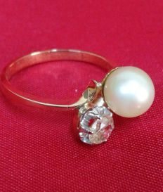 Ring made of 18 kt yellow gold with salt water pearl calibre 8 mm and 0.40 ct natural diamond