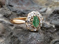 Ring trimmed with emerald and diamonds