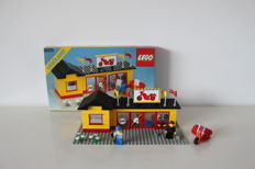 Legoland - 6369 + 6373 - Garage with Car and a jack + Motor cycle shop