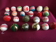 24 handmade Christmas baubles (knitted, crocheted, made of fabric)