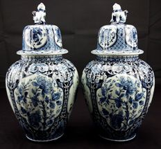 Maastricht - pair of 'Delft' urns with lid