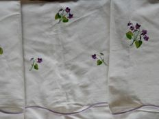 Beautiful and very large old white sheet in linen and cotton embroidered on the front with bunches of violets - 3.20 m x 2.30 m - 1940 - Gérardmer - France