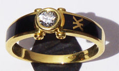 18 kt yellow gold ring set with 0.18 ct diamond and black enamel