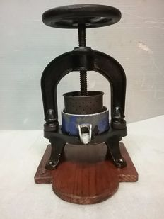 Small cast iron machine for pressing n* 0 on wooden base