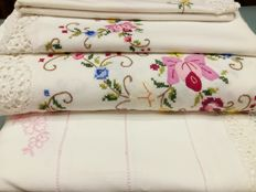 Large lot of sheets and pillowcases Four pieces. Cotton.