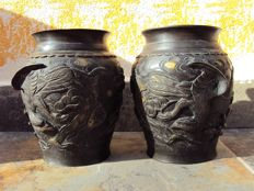 Pair of bronze vases with sculpted and signed interior - Japan - 1868/1912 (Meiji Era)