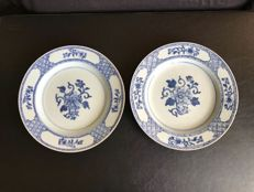A pair of blue and white porcelain plates - 18th century - China