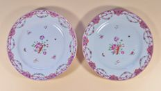 A pair of 'famille rose' plates decorated in Lowestoft-style - China - 2nd half 18th century (Qianlong period)