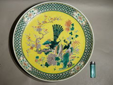 Large Famille Vert dish with yellow background. End of 19th, beginning of 20th century.