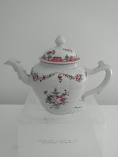 Rose family porcelain teapot with flower decoration - China - 18th century
