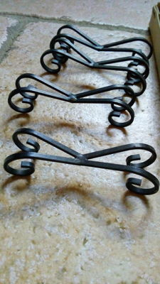 Set of 12 knife rests made of wrought corrugated black metal