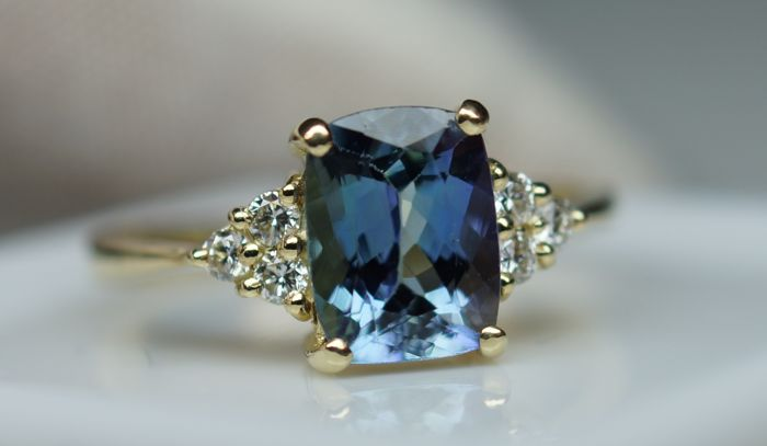 Gold Ring - 2.47 gr. with Tanzanite Violetish Blue  2.00 ct., Diamond  - 0.18 ct. total , size 56 ***NO RESERVE PRICE***