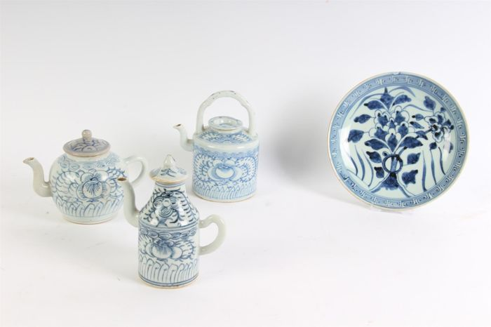 Two teapots, a wine jug and a plate - China - 19th century