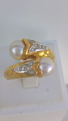 Gold ring 19.25kt –  Peso 8.77 g – Size16 / 56 EU – 10 Diamonds and 2 Cultured Pearls