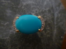 18 kt gold cocktail ring decorated with one natural oval cut turquoise trimmed with 6 small zirconias with a total weight of 8.2 g and size 17 inner diameter