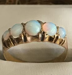 Victorian ring from 1855, in 22 kt gold with opals