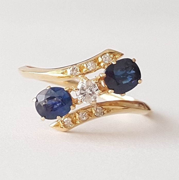 Ring in 18 kt gold with 0.70 ct of sapphires and brilliant-cut diamonds - Size: 16.2 mm 11/51 (EU)