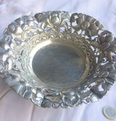 Very beautiful silver Djokjakarta dish with floral decoration on ball feet, circa 1930