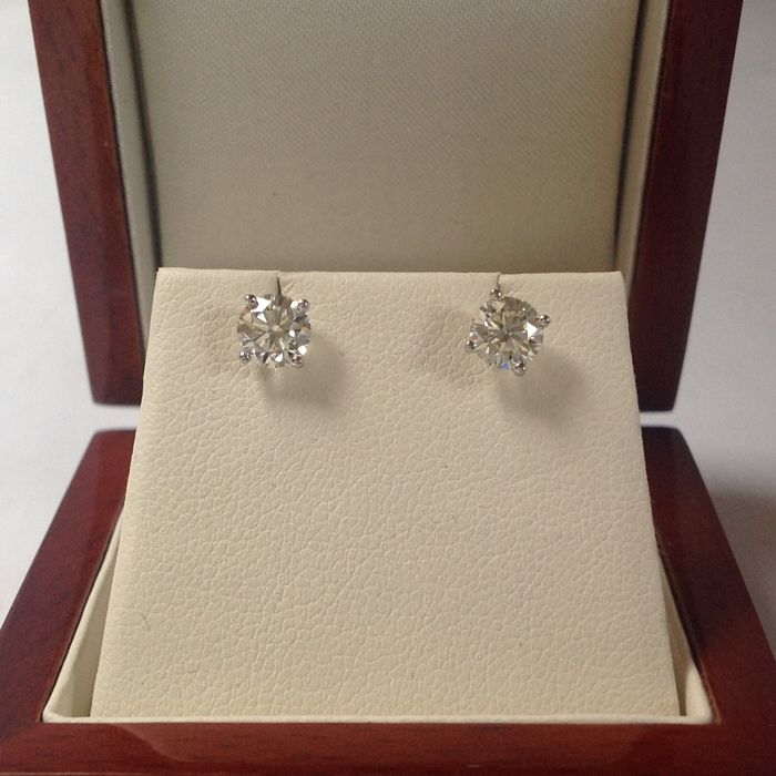White gold 18 kt 750/1000 ear studs with 2 brilliant cut diamonds 1.07 ct