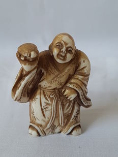 Ivory netsuke of man holding a turtle in his hand - signed 'Gyokushi' - Japan - ca. 1900