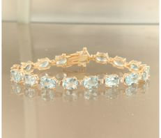 *****NO RESERVE PRICE***** 14 kt rose gold bracelet set with 17 oval cut blue topaz and 17 brilliant cut diamonds, approximately 24.35 carat in total