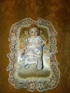 Baby Jesus dressed lace and lying on painted satin bed the hand. First  half 20th Century - Portugal.