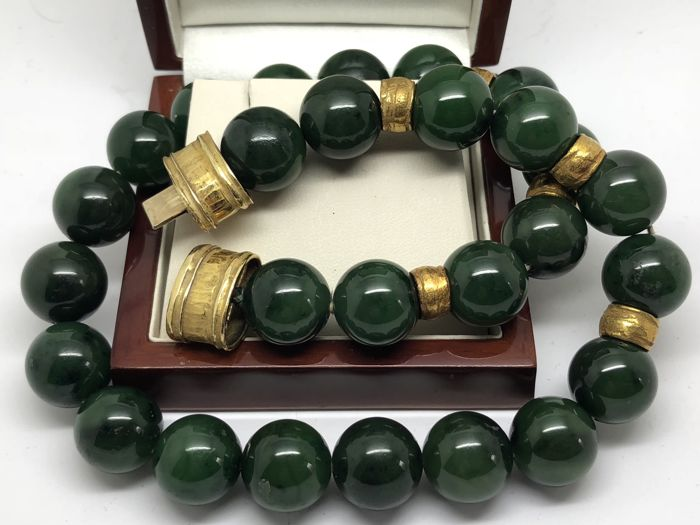 Large necklace in green aventurine beads and hammered gold, circa 1970