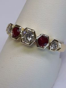Riviera ring in 18 kt yellow gold - 0.45 ct diamonds and 0.35 ct rubies with geometric settings - ***NO RESERVE***