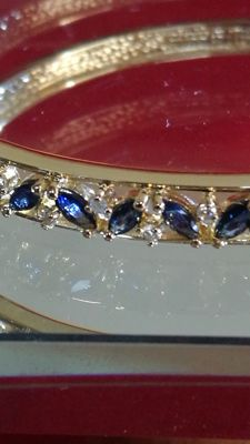 Rigid bracelet cuff made of 18 kt gold with sapphires AAA and diamonds PI. IGE certificate.