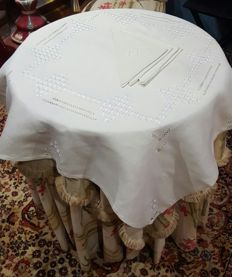 Square tablecloth for 4 people made by hand with embroidery, frayed work and hemstitch - 4 napkins - 103 x 101 cm - without reservation