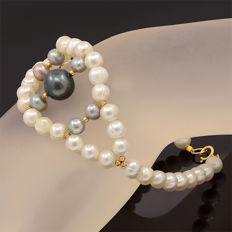 18k/750 yellow gold bracelet with cultured pearls – Length 20.5 cm.
