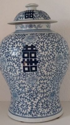 Porcelain jar with lid with auspicious symbols - China - second half of the 20th century