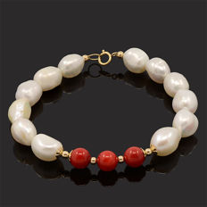 18k/750 yellow gold bracelet with baroque pearls and coral – Length 20 cm.