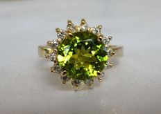 3.65 ct IGI Certified Yellowish Green Natural Peridot and 0.21 ct Round Brilliant Natural White Diamonds E/VS2 (14 Pcs) in Ring of 14K Yellow Gold, Weight 7,00 Gram and Size 17.5/55.0/7.5     * NO RESERVE PRICE *