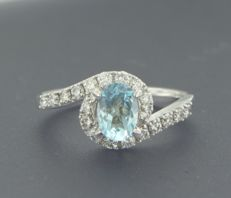 *****NO RESERVE PRICE***** 14 kt white gold ring set with a central and blue topaz and 20 brilliant cut diamonds, approximately 0.45 carat in total