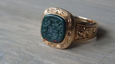 Gold men's signet ring with coat of arms of a family from Utrecht engraved in a heliotrope stone