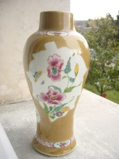 1 baluster vase in porcelain from China