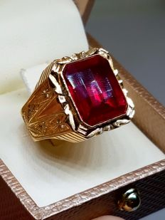Gold 18 kt ring and 8.30 g, red quartz