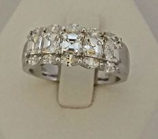 Gold shank ring with diamonds totalling 1.15 ct.