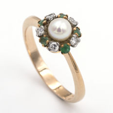 Yellow gold ring with cultivated pearl, emeralds and diamonds.