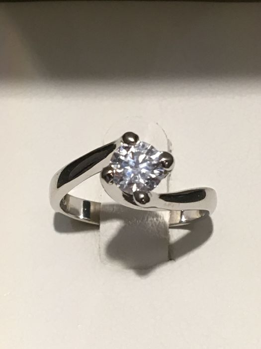 18 kt white gold solitaire ring with a GIA certified diamond, report no. 6222082151 for 0.54 ct