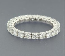14 kt white gold full eternity set with 24 brilliant cut diamonds with a total of approx. 1.90 ct