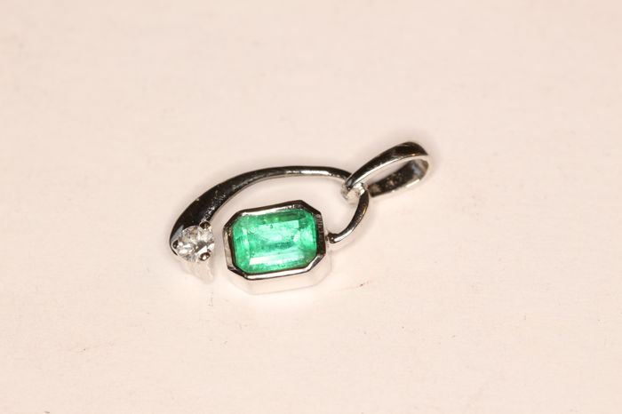 18 kt white gold pendant set with an emerald and a brilliant cut diamond for 0.04 ct, 18.70 mm x 8.50 mm x 4.20 mm