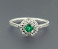 *****NO RESERVE PRICE*****14 kt white gold ring set with a central emerald and 57 brilliant cut diamonds, approximately 0.33 carat in total